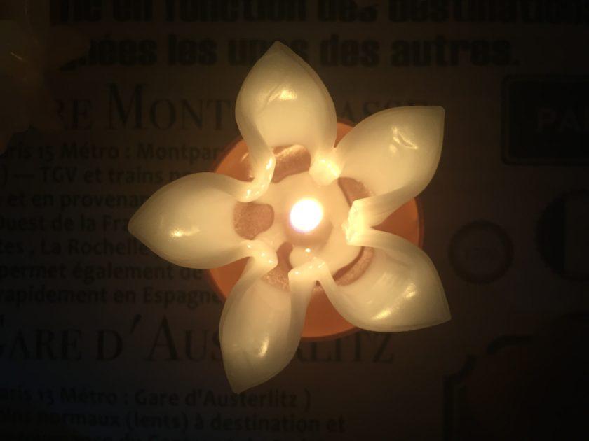 火を灯したティーライトキャンドル